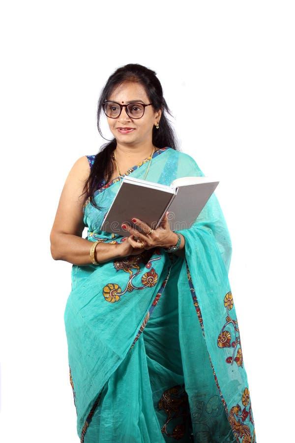 Indischer Lehrer mit weißem Hintergrund stockfoto