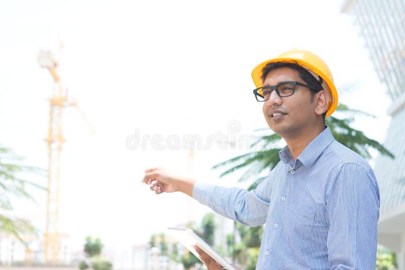 Indischer männlicher Auftragnehmeringenieur lizenzfreies stockfoto