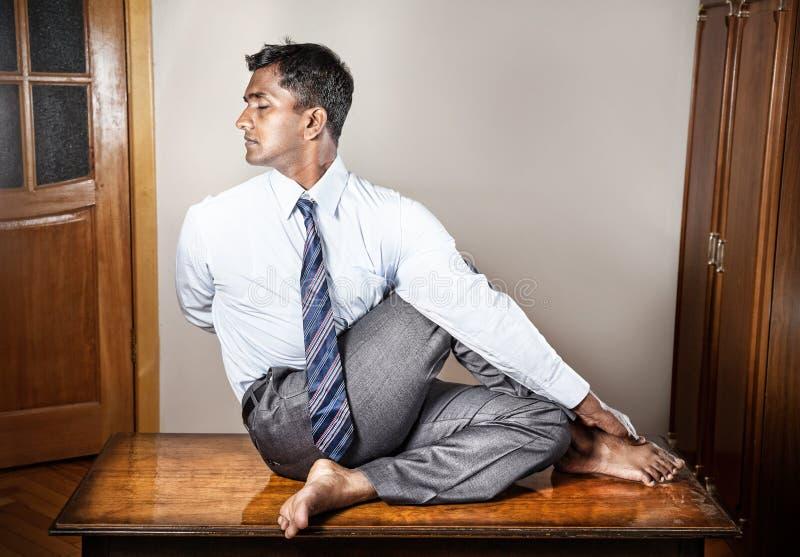 Indischer Mann, der Yoga tut lizenzfreies stockbild