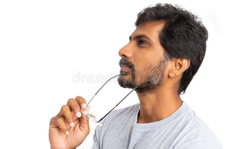 Indischer Mann mit Brillen oder dem Schauspieldenken stockbild