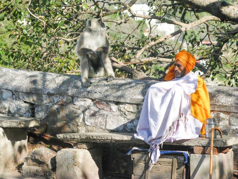 Indischer Pilger Sadhu in einem weißen Kap und in einem orange Turban lizenzfreie stockfotos