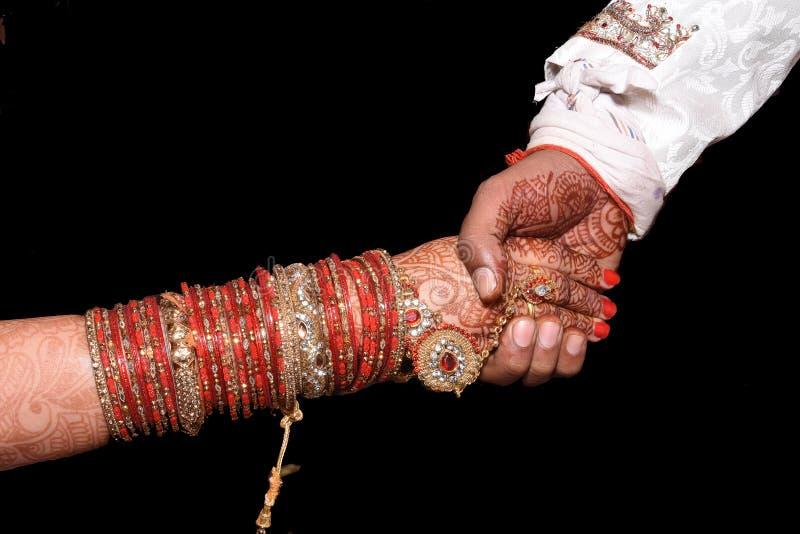Indischer Ringzeremoniemoment, der indische Tradition übereinstimmt reizende Momenthanderschütterung von Paaren stockfotos