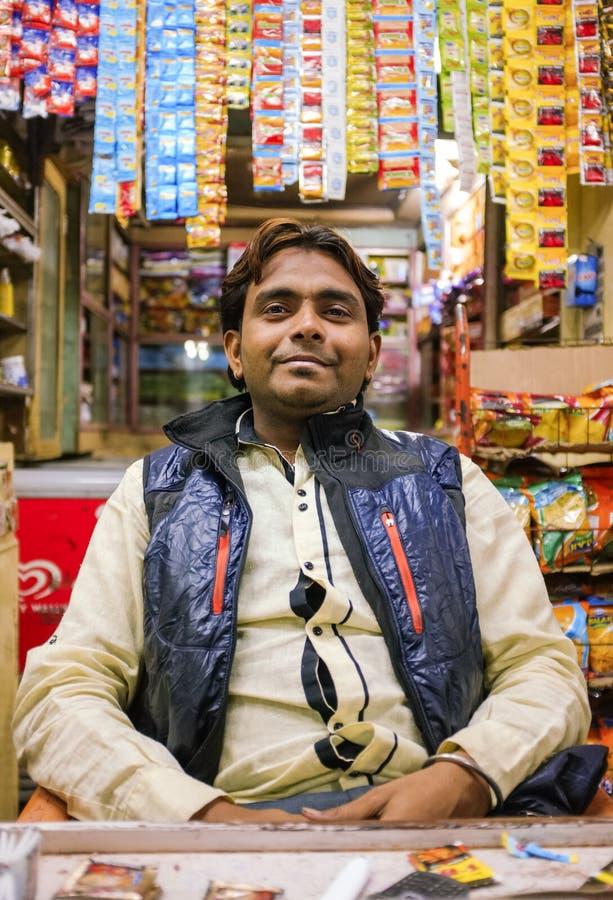 Indischer Shopverkäufer stockfotos