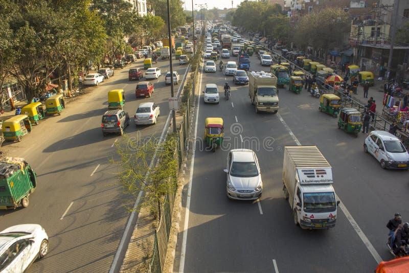 Indischer Stadtverkehr mit vielen Selbstrikschas fährt, Vogelperspektive mit einem Taxi lizenzfreies stockfoto