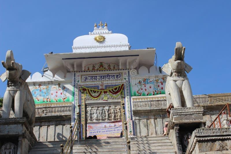 Indischer Tempel mit herzlichem Willkommen durch Elefantstatue lizenzfreie stockfotos
