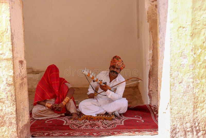 Indischer Volkskünstler, der Violine spielt stockbilder