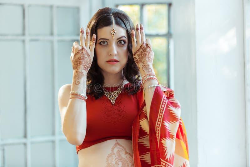 Indisches Bild auf Frauenhänden, mehendi Tradition stockfotografie