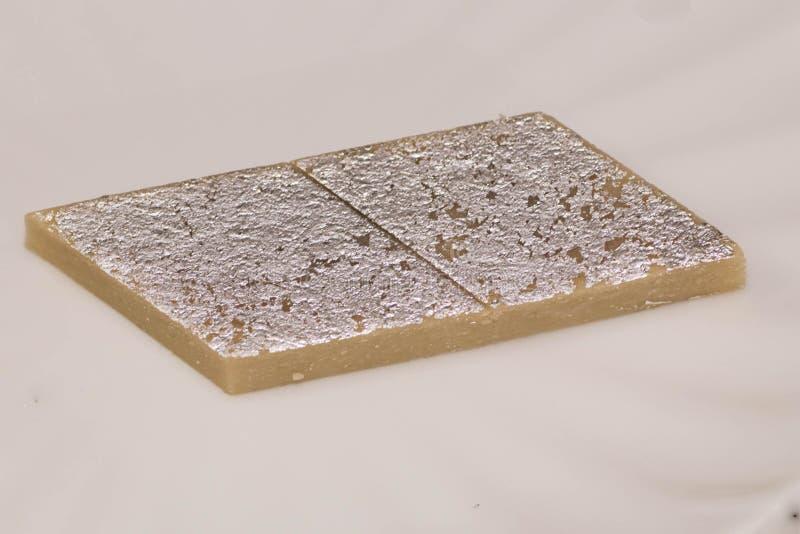 Indisches Bonbons kaju katli diente in einer Platte stockfotografie