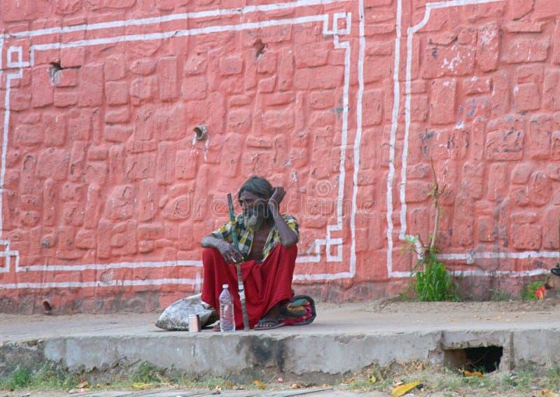 Indisches Formyoga, das auf dem Bürgersteig stillsteht stockfotos