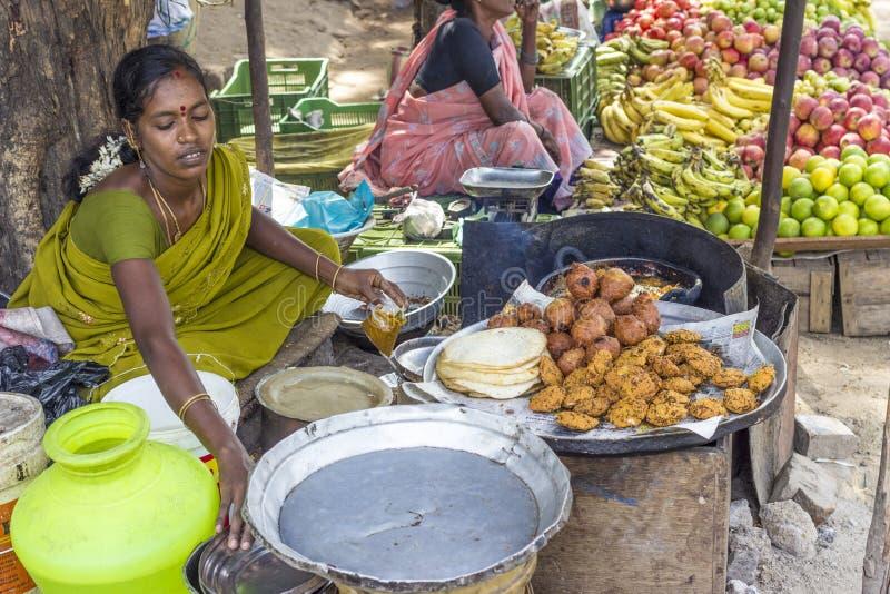 Indisches Frauenverkaufsbrot und frisch stockfotografie