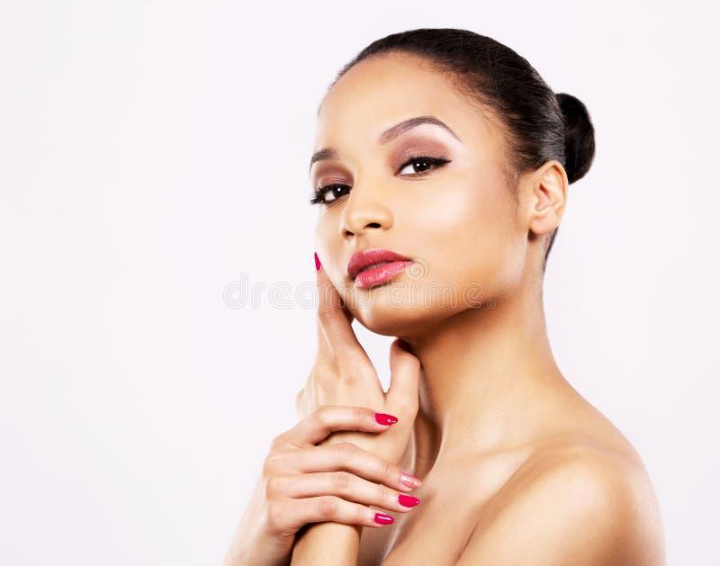 Indisches Gesicht der Frauenschönheit auf weißem Hintergrund stockbild