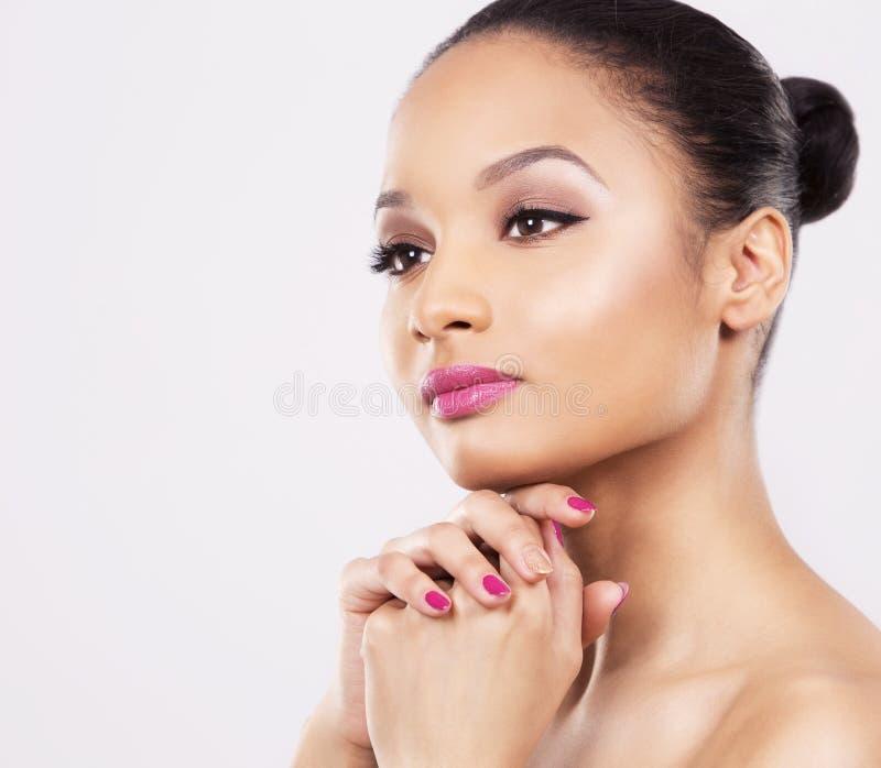 Indisches Gesicht der Frauenschönheit auf weißem Hintergrund lizenzfreies stockfoto