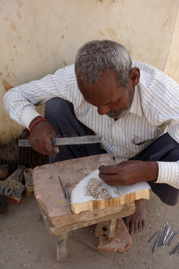 Indisches handwerkliches Carver Creates ein hölzerner Block-Stempel lizenzfreie stockfotografie