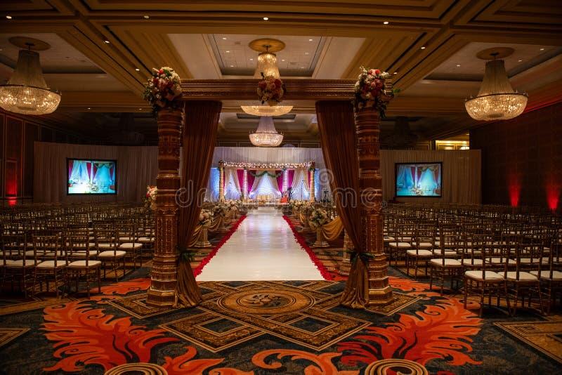 Indisches Hochzeit mandap mit Blumen und Dekor lizenzfreies stockfoto