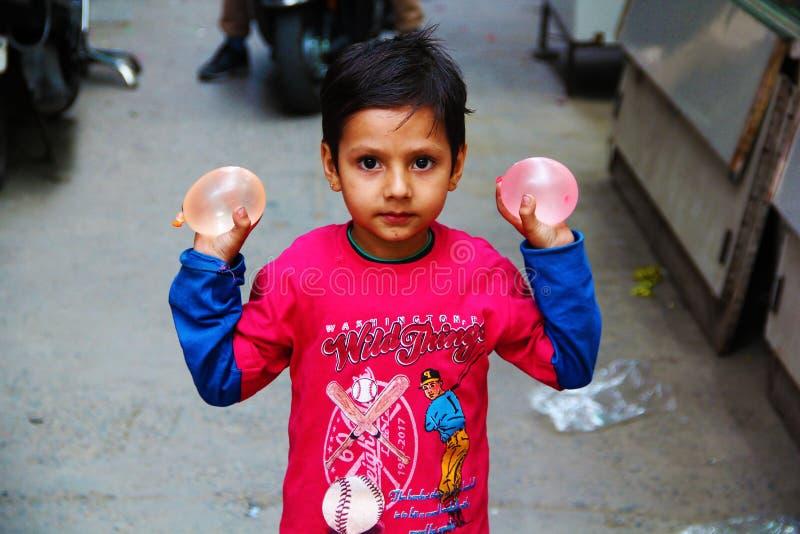 Indisches Kind bereit, Wasser Ballon auf Völkern zu zertrümmern stockfotos