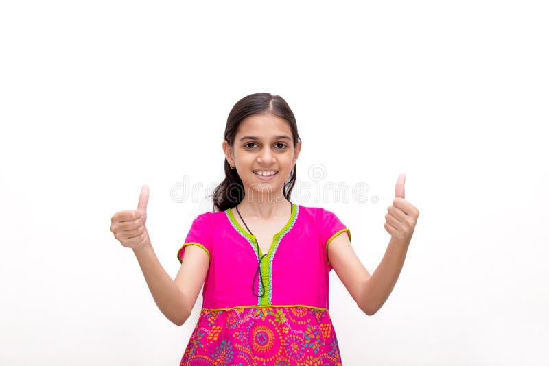 Indisches Kind, das sich zwei Handdaumen zeigt lizenzfreies stockbild