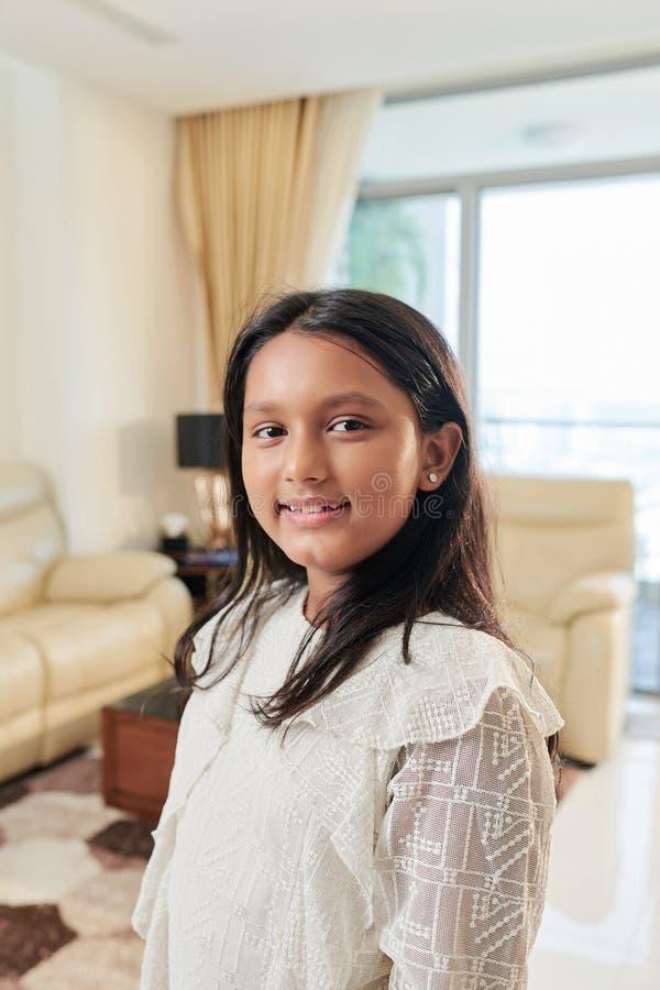 Indisches kleines Mädchen zu Hause lizenzfreie stockfotografie