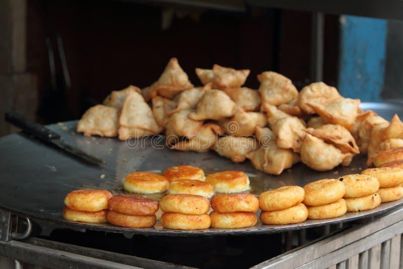 Indisches Lebensmittel und Samosas lizenzfreie stockbilder