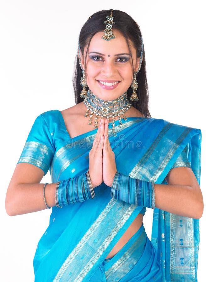 Indisches Mädchen, das Willkommen sagt lizenzfreie stockbilder