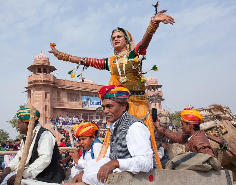 Indisches Mädchen in der traditionellen Kleidung, die am Festival in Rajasthan-Staat, Indien tanzt lizenzfreie stockfotografie