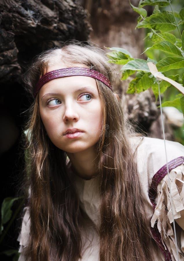 Indisches Mädchen mit einem Bogen im Wald lizenzfreies stockbild