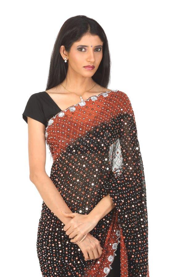 Indisches Mädchen mit schwarzer Sari stockbilder
