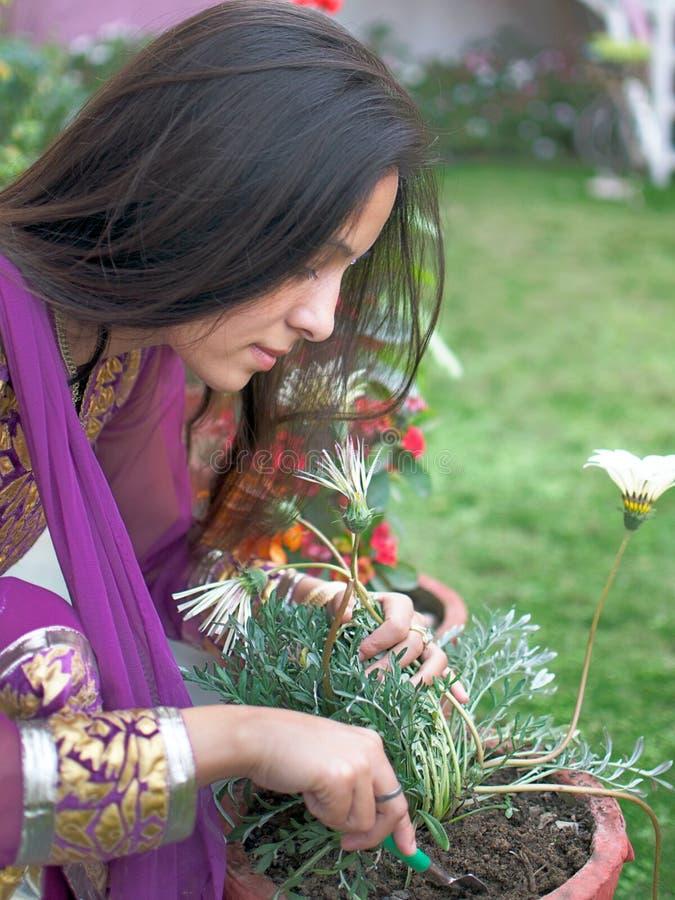 Indisches Mädchen, welches die Gartenarbeit tut. lizenzfreie stockfotografie