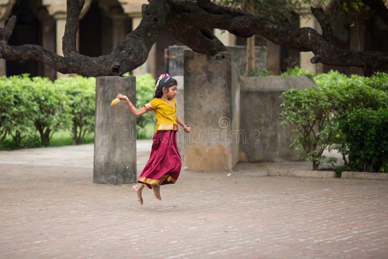 Indisches Mädchenspringen lizenzfreies stockbild