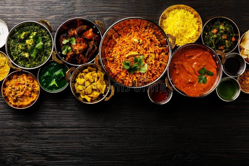 Indisches Nahrungcurry-Butterhuhn, Palak Paneer, Chiken Tikka, Biryani, Gemüsecurry, Papad, Dal, Palak Sabji, Jira Alu stockbilder