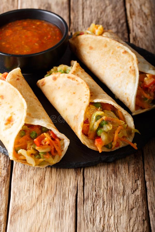 Indisches populäres Snack-Food nannte Vegetablefrühlingsrollen oder veg r stockbild