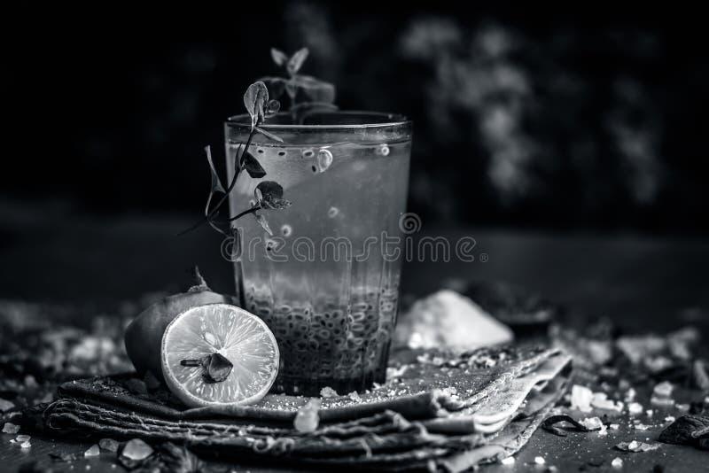 Indisches populäres Sommergetränk SABJA NIMBUPANI/SWEET BASILIKUM-GETRÄNK MIT ZITRONE und Zucker in den dunklen gotischen Farben  stockbilder