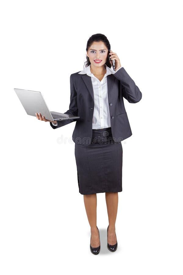 Indisk affärskvinna med bärbara datorn och telefonen arkivfoto