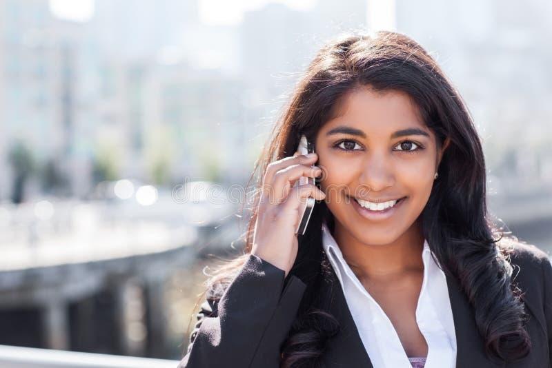 Indisk affärskvinna på telefonen fotografering för bildbyråer