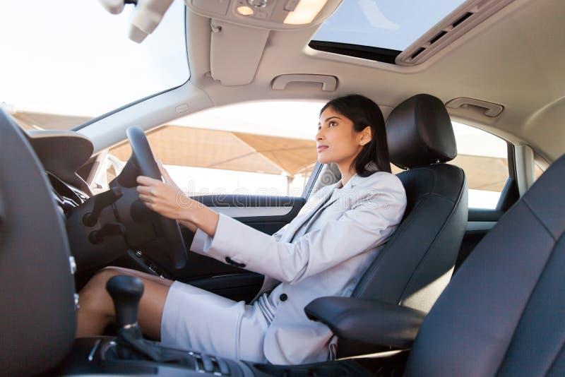 Indisk affärskvinna som kör bilen arkivbilder