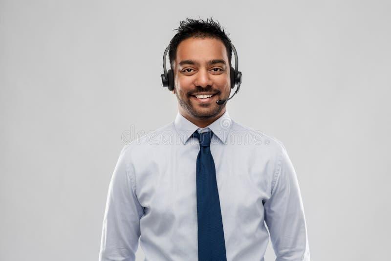 Indisk affärsman eller helplineoperatör i hörlurar med mikrofon arkivbilder