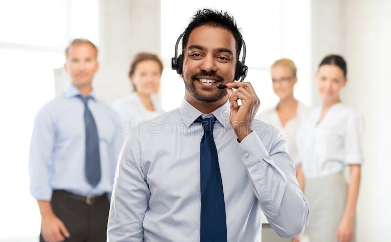Indisk affärsman eller helplineoperatör i hörlurar med mikrofon arkivbild