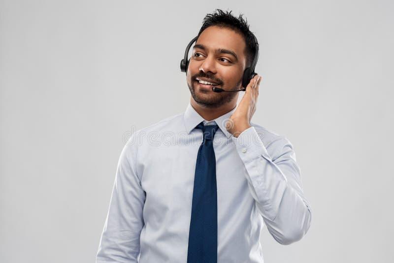 Indisk affärsman eller helplineoperatör i hörlurar med mikrofon royaltyfri bild