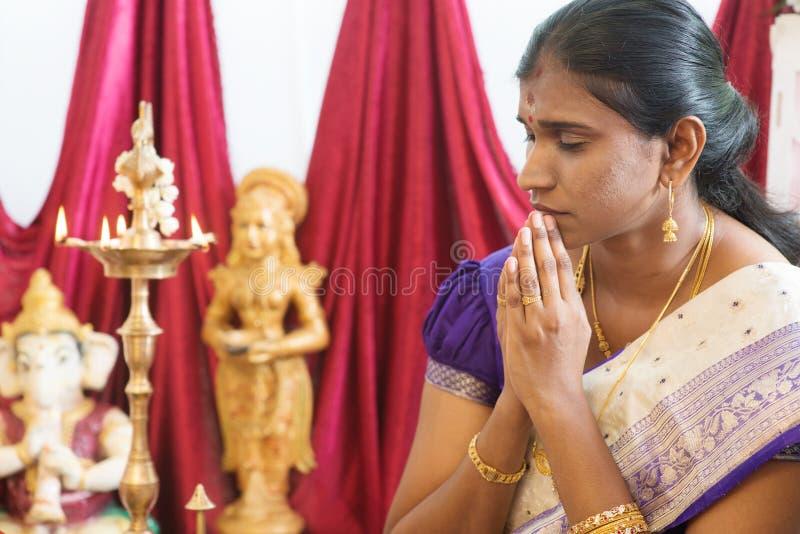 indisk be kvinna fotografering för bildbyråer
