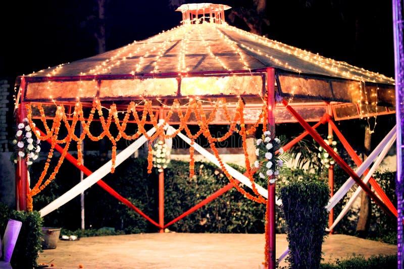Indisk bröllopuppsättning, en mandap för att gifta sig beröm royaltyfri bild