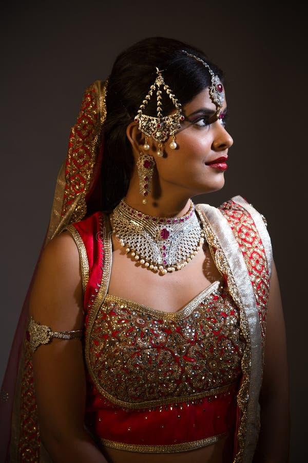 Indisk brudCloseup på svart bakgrund royaltyfri foto