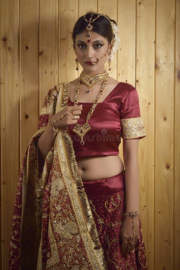 Indisk dam i brud- kläder fotografering för bildbyråer