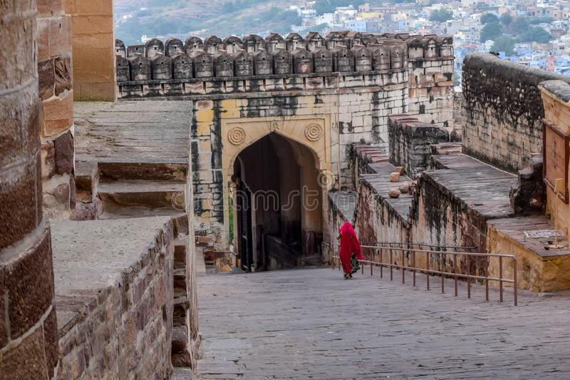 Indisk dam i traditionell röd saree & x28; Jaisalmir fort, Jaipur stad, Rajasthan, Indien royaltyfri fotografi