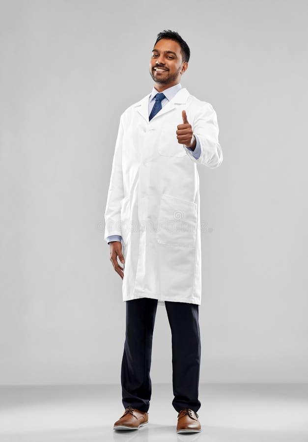Indisk doktor eller forskare som visar upp tummar arkivfoto
