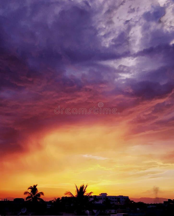 Indisk förort, solnedgång royaltyfri bild