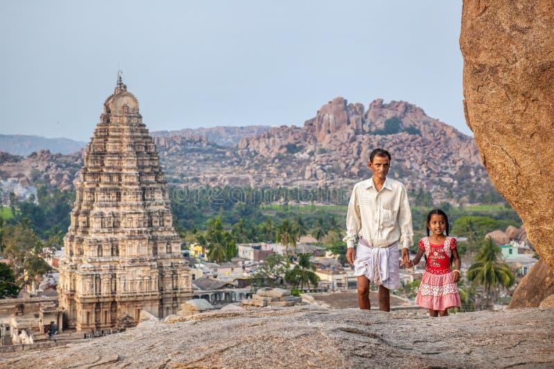 Indisk familj i Hampi arkivbild