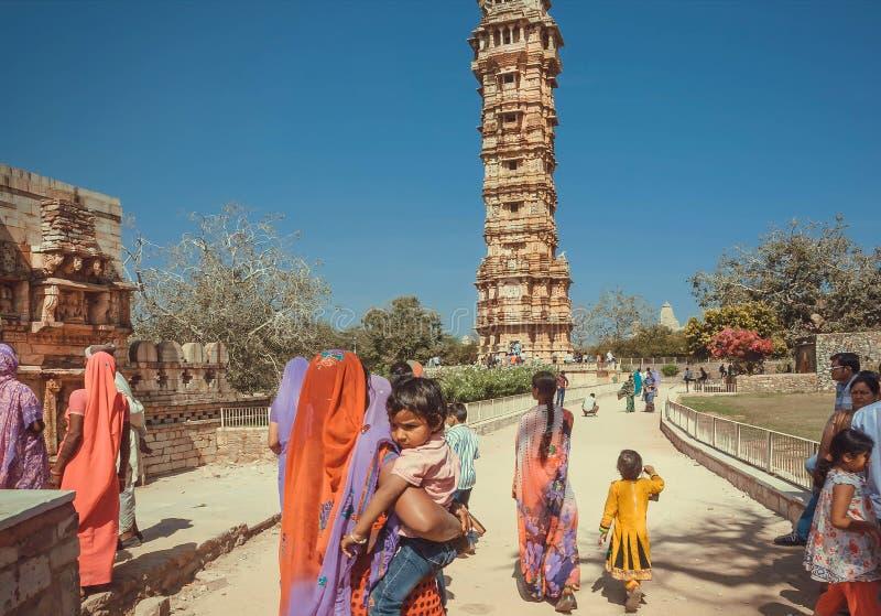 Indisk familj som håller ögonen på det historiska tornet av segern inom gammal fästning royaltyfri bild