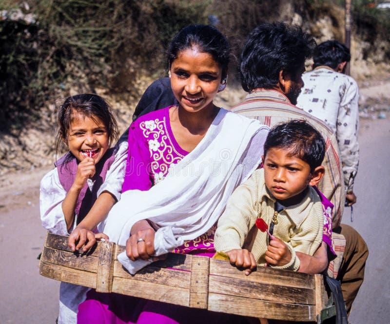 Indisk familjresande med cirkuleringsrickshawen royaltyfria bilder