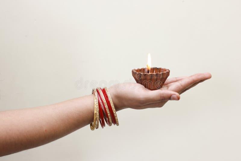 Indisk festival Diwali, lampa i hand arkivbild