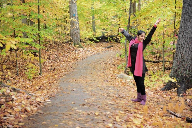 Download Indisk flicka i Fallsäsong fotografering för bildbyråer. Bild av emotionellt - 27277939