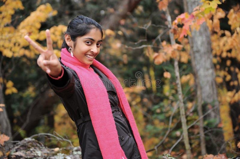 Download Indisk flicka i Fallsäsong arkivfoto. Bild av indier - 27277946